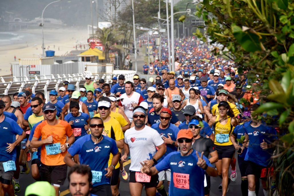 Corredores sobem a Avenida Niemeyer após a largada da Meia Maratona Internacional do Rio de Janeiro de 2016. Foto de Sérgio Shibuya/MBraga Comunicação/Divulgação