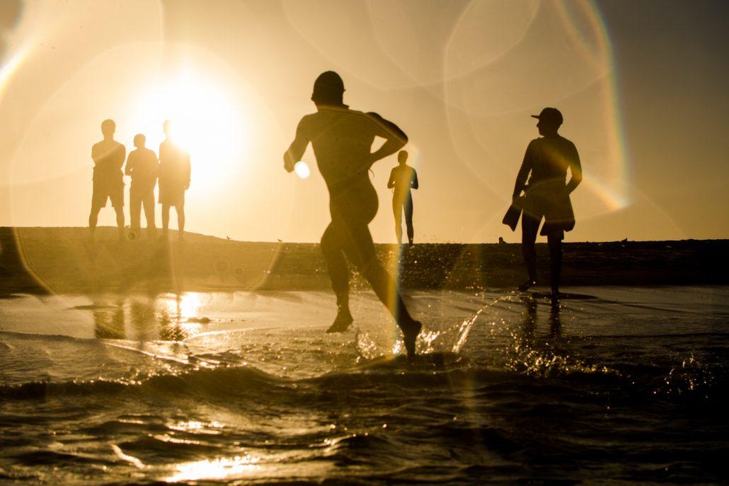 Triatleta sai das águas da Praia do Pontal após a natação da 4ª Etapa do Circuito UFF Rio Triathlon. Foto de Miriam Jeske/Divulgação
