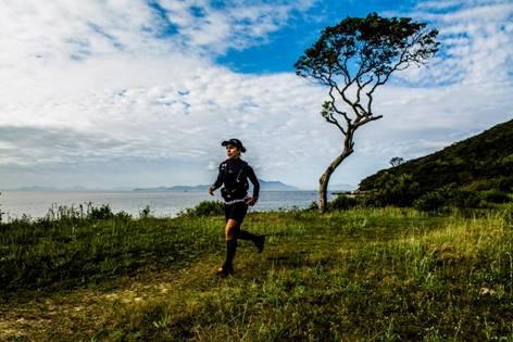 Corredora em um dos trechos da Indomit Costa Esmeralda. Foto de divulgação