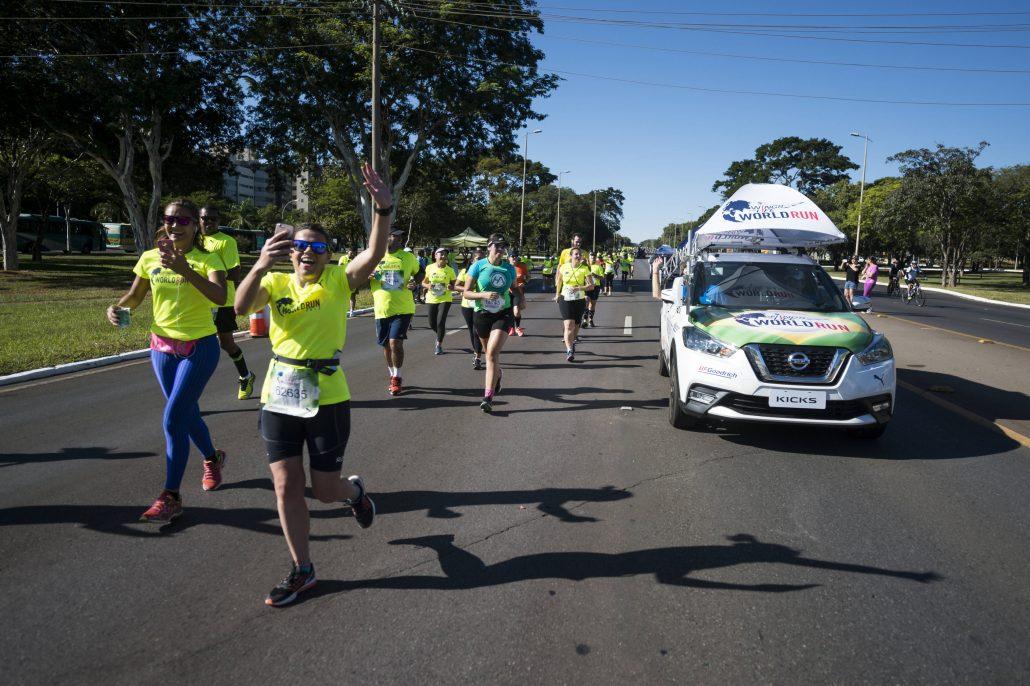 Corredores da Wings For Life World Run em Brasília, em 2017, são alcançados pelo Catcher Car