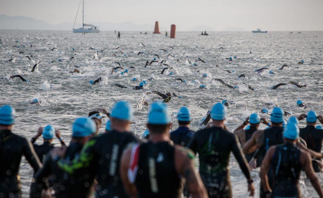 Triatletas no mar da Praia dos Ingleses, em Florianópolis