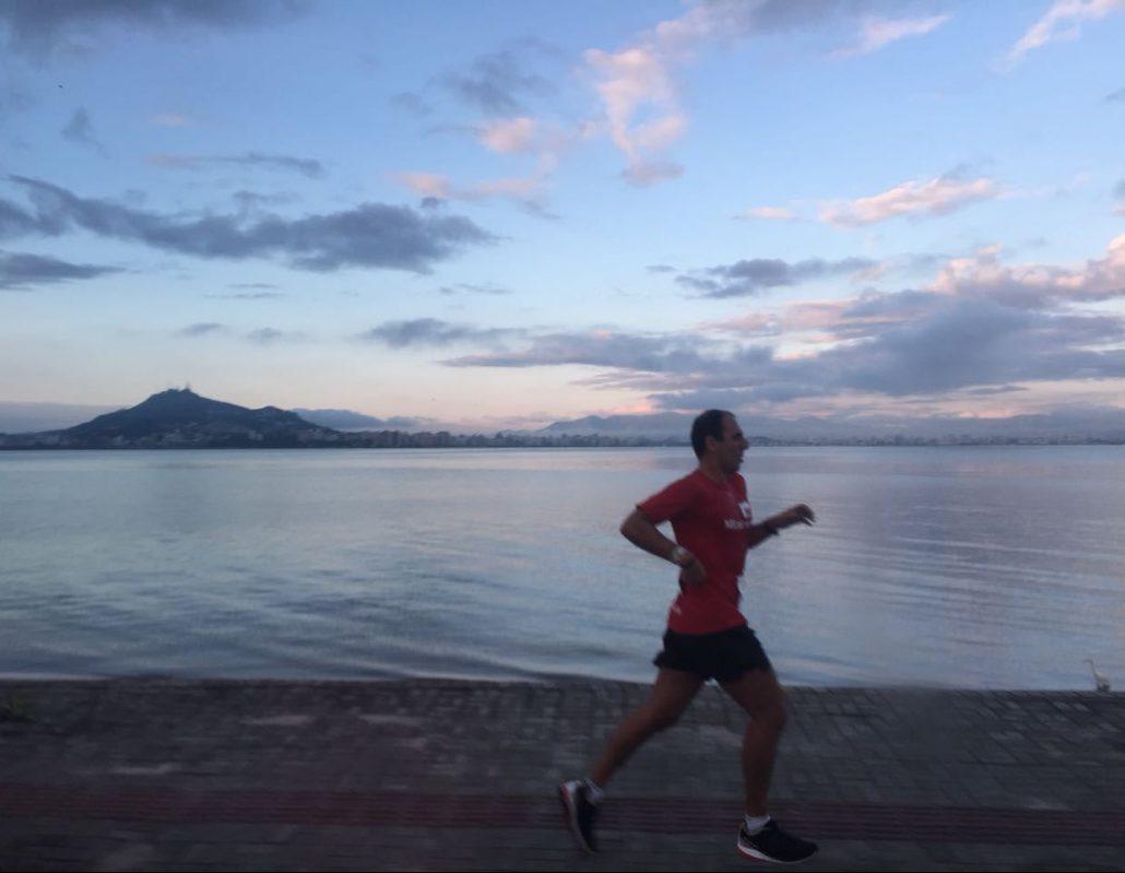 Atleta da ML Mix Run 159 em um dos trechos do Revezamento Volta à Ilha