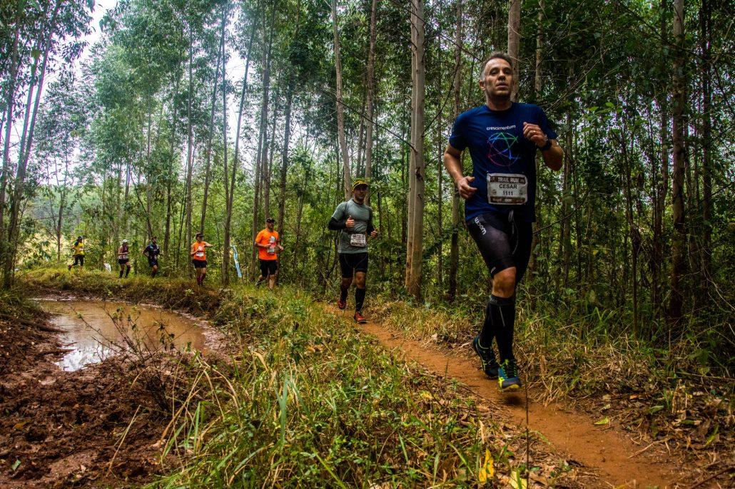 Corredores em uma das trilhas da Trail Run Series, da Brasil Ride, em Ilhabela. Foto de Ney Evangelista/Brasil Ride