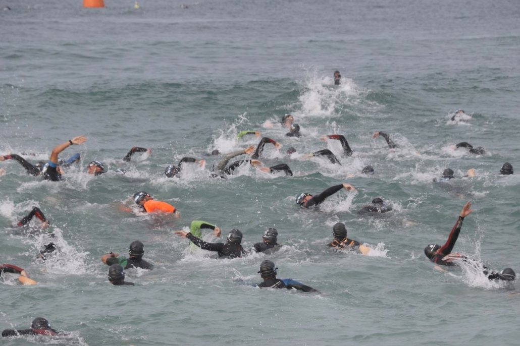 Triatletas na fase de natação do Ironman 70.3 Rio de Janeiro. Foto de Fábio Falconi/Unlimited Sports