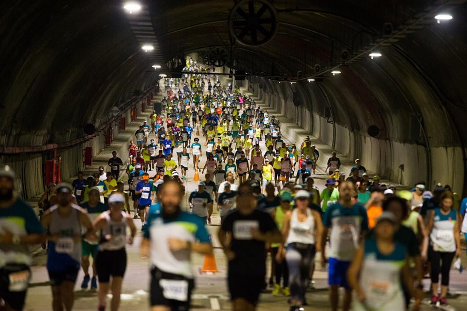 Corredores cruzam o Túnel Rio450 durante etapa do Circuito Rio Antigo. Foto de divulgação