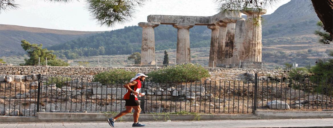 Ultramaratonista passa diante de uma antiga construção grega durante a Spartathlon