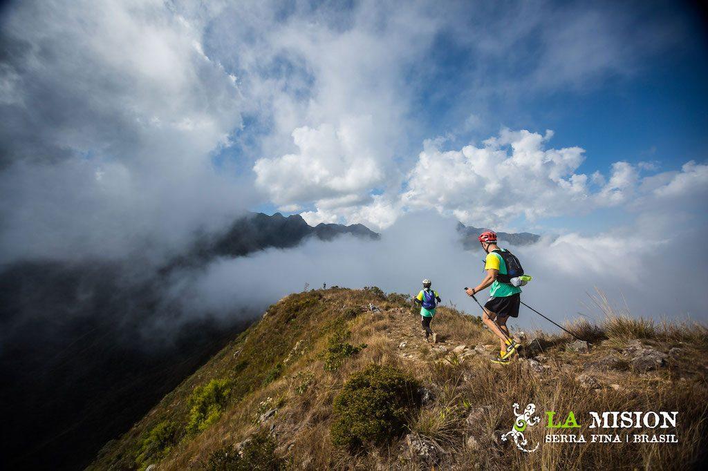 Corredores no alto de uma das montanhas da Serra Fina, em Passa Quatro, durante a La Mision Brasil