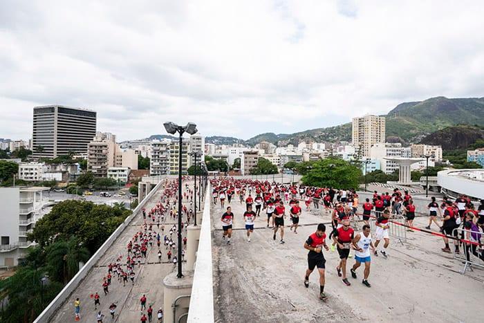 Participantes da corrida do Flamengo, a Nação Rubro-Negra em Movimento, nas rampas do Maracanã (Divulgação)