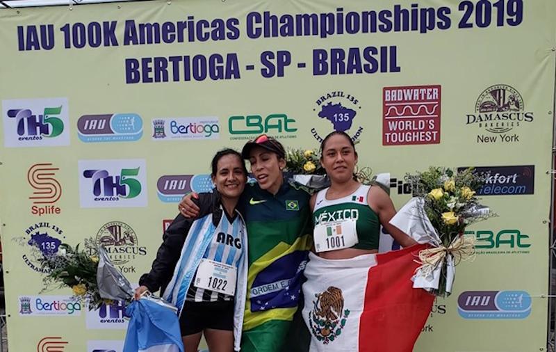 A campeã Helen Cristina Caldeira Deluque com a argentina Claudia Robles e a mexicana Gabriela Ramirez no pódio da IAU Continental de Ultra de 100km Américas