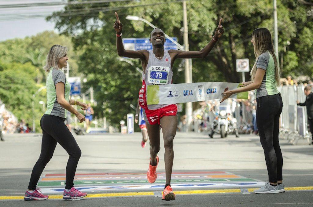 O queniano Nicolas Kosgei venceu a Volta da Pampulha de 2018 em 55m08s. Foto de Sérgio Shobuya/MBraga Comunicação