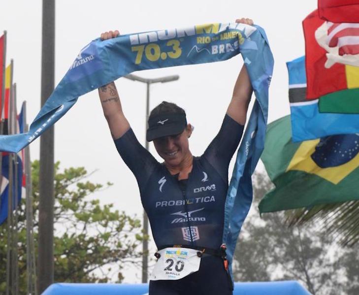 Pamella Oliveira comemora o tricampeonato no Ironman 70.3 Rio. Foto de Fábio Falconi/Unlimited Sports/Divulgação