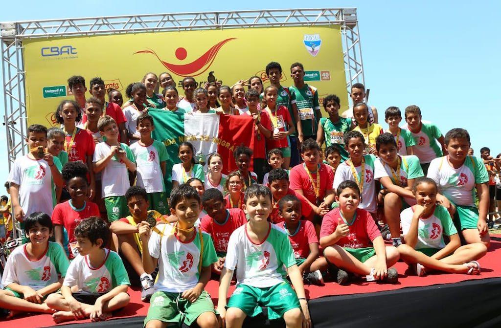 Grupo de crianças do projeto esportivo da cidade Venda Nova do Imigrante na Corrida da Garotada