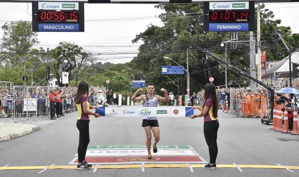 Ederson Pereira comemora sua vitória na Volta da Pampulha 2019, com 56m19s